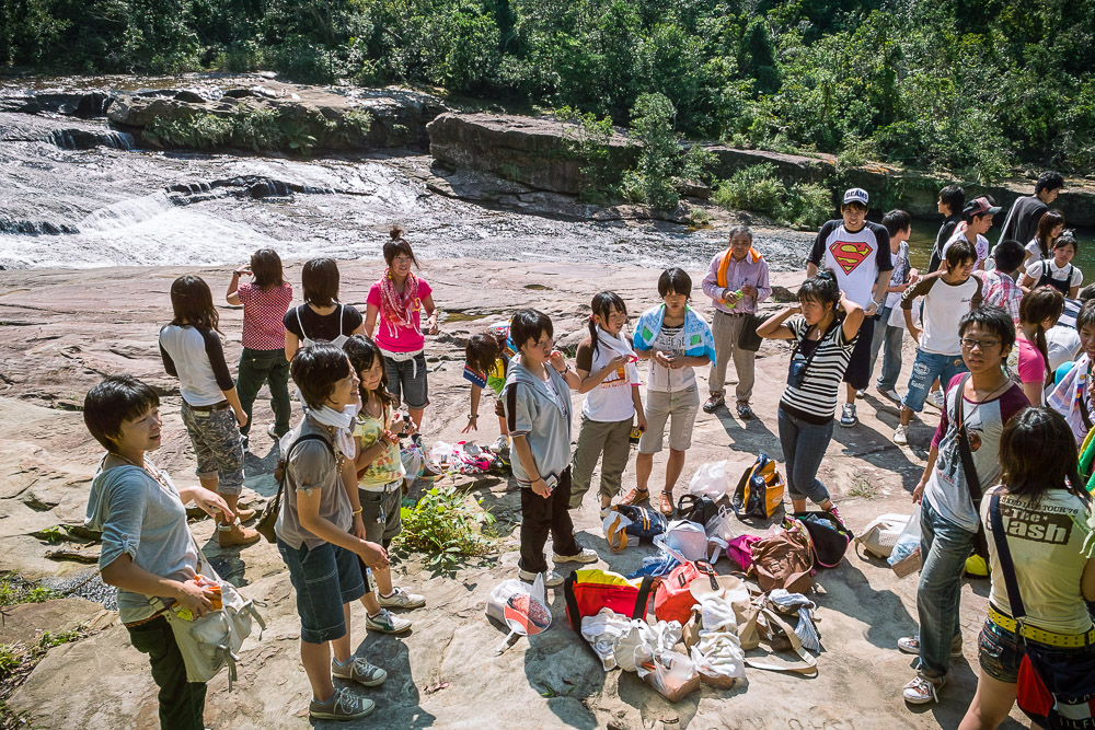 Students at Mariyudō-no-taki waterfall